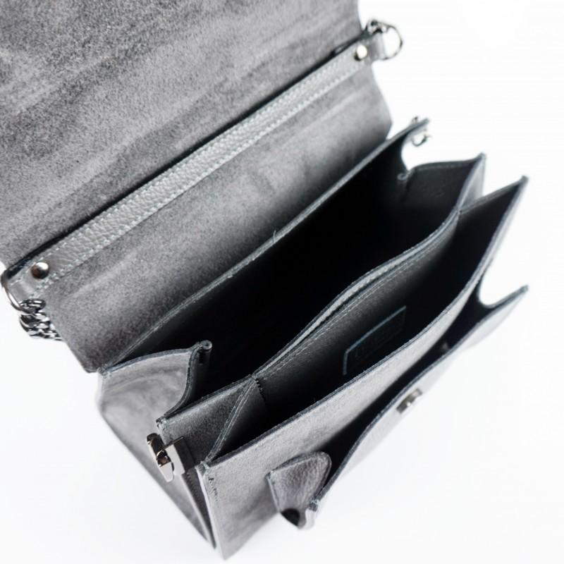 Кожена чанта с метален аксесоар