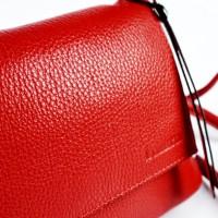 Малка чанта през рамо в класическо червено